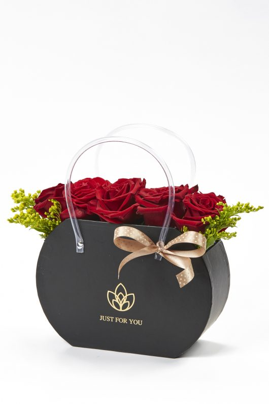 Σύνθεση Τσάντα με κόκκινα άνθη