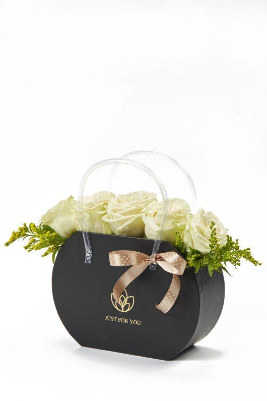 Σύνθεση Τσάντα με λευκά άνθη